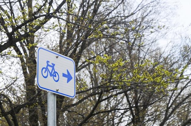 Panneau de bicyclette dans une forêt
