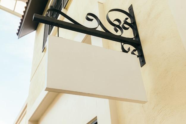 Panneau blanc vide sur le mur extérieur, maquette.