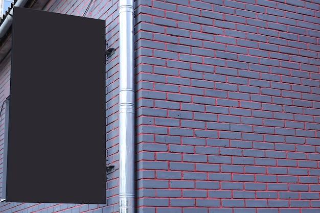 Panneau blanc vierge sur le mur extérieur, maquette