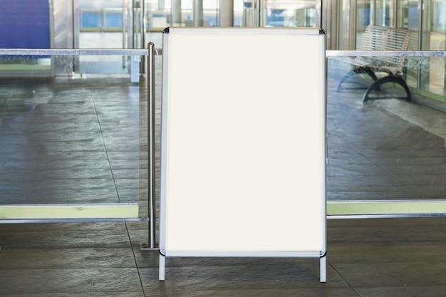 Panneau blanc vierge pour la publicité