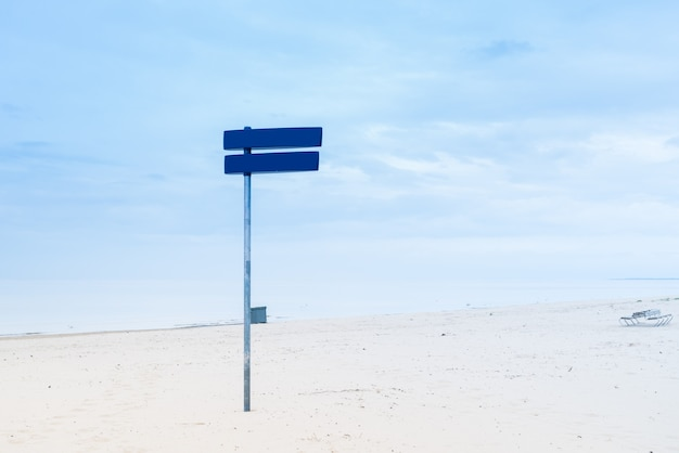 Panneau bleu sur sea bich