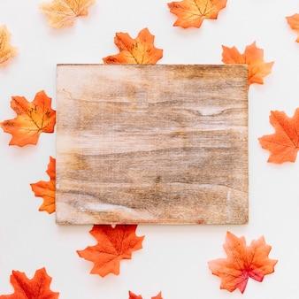 Panneau de bois sur la composition des feuilles d'automne