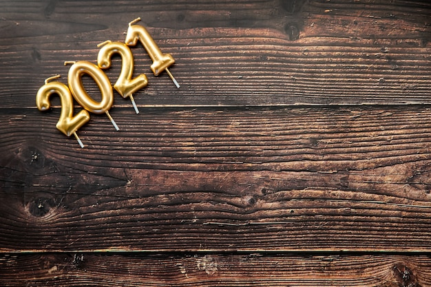 Panneau en bois foncé avec bougies 2021