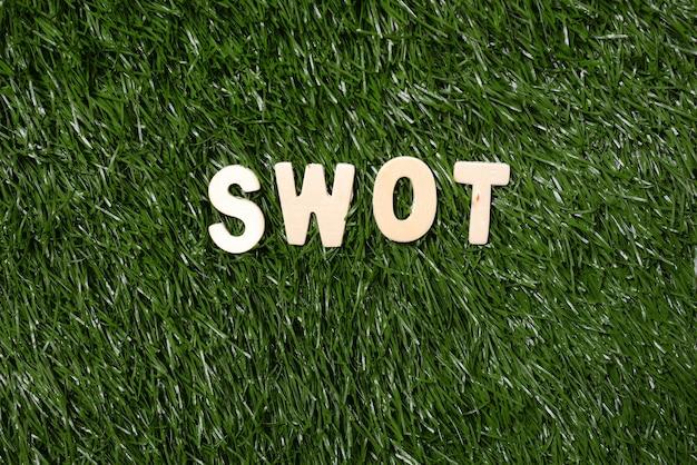 Panneau en bois swot sur l'herbe