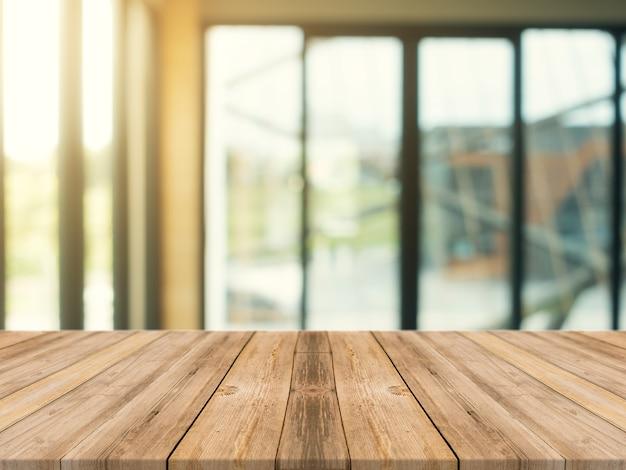Panneau de bois table basse vide sur fond flou. perspective table en bois brun sur le flou dans l'arrière-plan du café - peut être utilisé maquette pour l'affichage des produits de montage ou la conception graphique de conception graphique.
