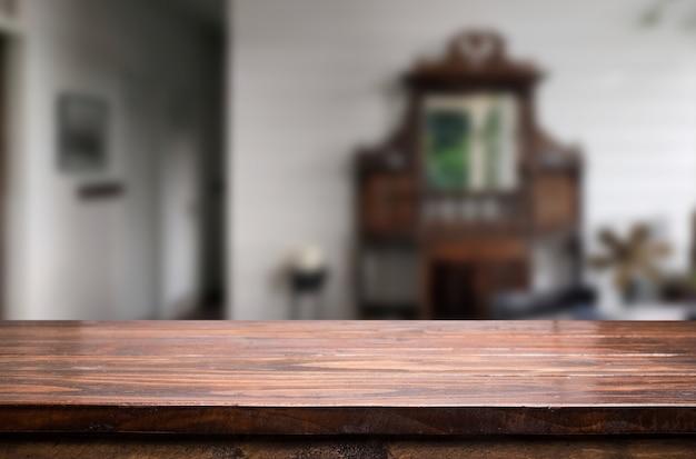 Panneau de bois table vide devant un fond flou. perspective du bois brun sur le flou dans la maison - peut être utilisé pour l'affichage ou le montage de vos produits.