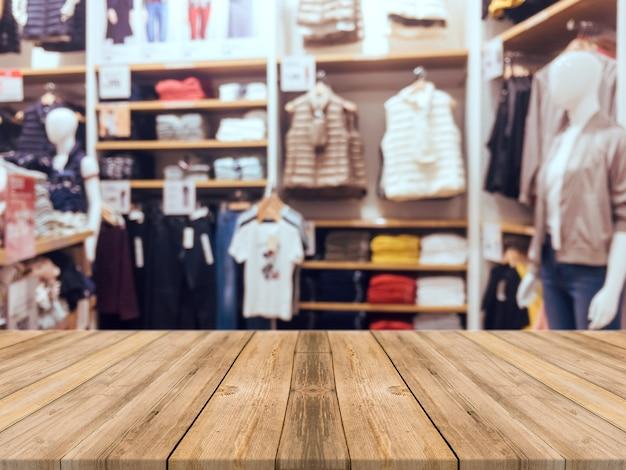 Panneau de bois table vide fond flou. la perspective du bois brun sur le flou dans les grands magasins - peut être utilisée pour l'affichage ou le montage de vos produits. prévoyez l'affichage du produit.