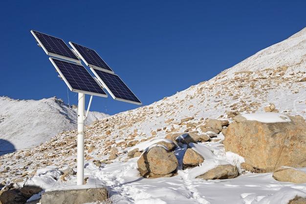 Panneau de cellules solaires sur la montagne de neige au ladakh, en inde