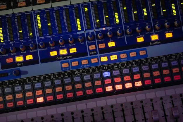 Panneau de commande audio pour le divertissement. équipement de musique.