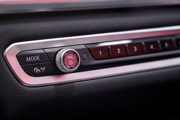 Le panneau de commande dans la voiture