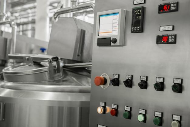 Panneau de commande électronique et réservoir dans une usine de lait. équipement à l'usine laitière