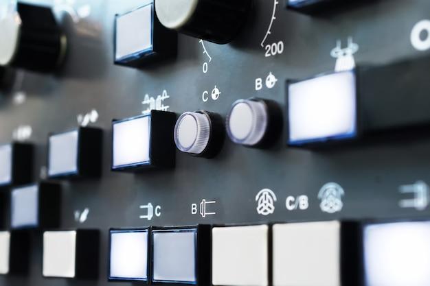 Panneau de commande de machine cnc à clavier numérique. faible profondeur de champ.