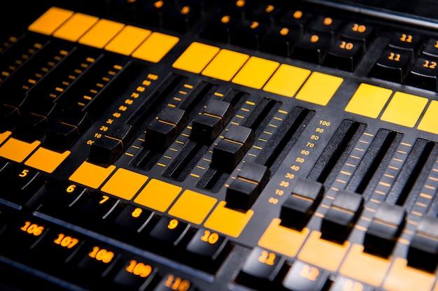 Panneau de commande de table de mixage sonore prodaction, gros plan.