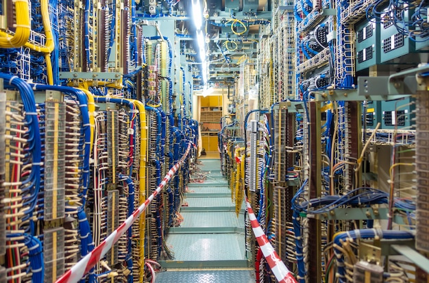 Panneau de commutation et armoire ou boîtier de commande électrique pour centrale électrique et distribution d'électricité