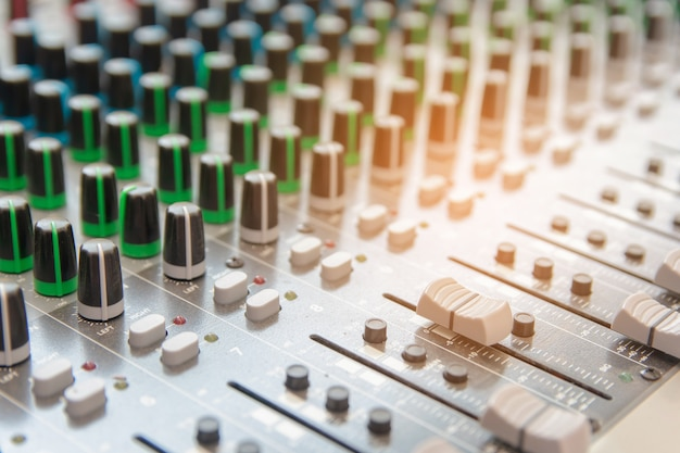Panneau de configuration du mixeur audio. boutons de la console sonore pour régler le volume
