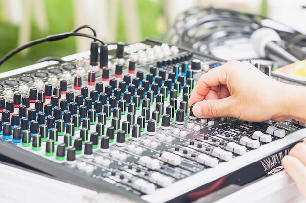 Panneau de la console du mixeur de son contrôle homme