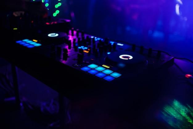 Panneau de contrôle dj allumé pour la musique et le son professionnels