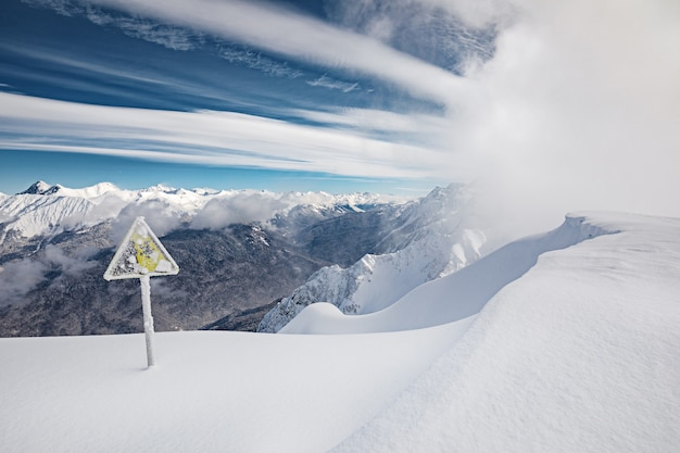 Panneau de danger dans les montagnes d'hiver