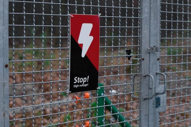 Panneau de danger avec des éclairs sur la calandre
