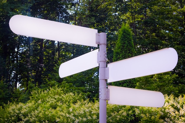 Panneau de direction vide indiquer un chemin dans un parc public.