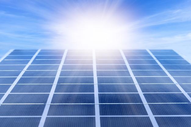 Panneau d'énergie solaire éclairé par la lumière du soleil contre un ciel bleu. détail de la centrale solaire.