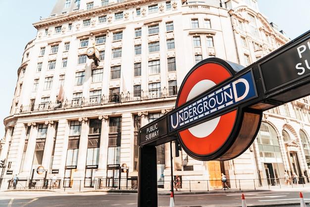 Panneau d'entrée de la station de métro de londres