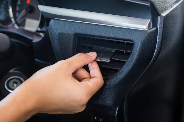Panneau de grille du système de climatisation de voiture à commande manuelle sur console