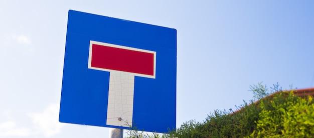 Panneau indiquant la route avec une impasse.