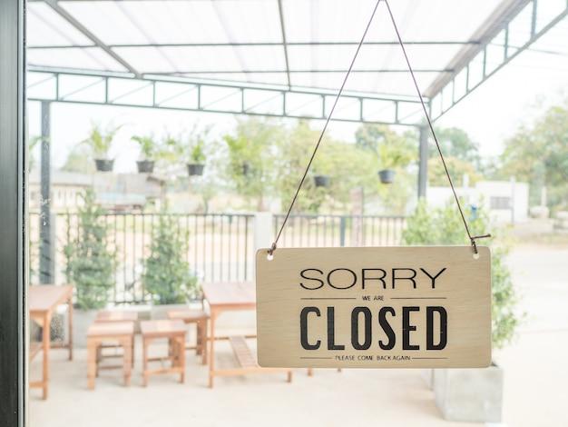 Le panneau indique que le magasin se ferme.
