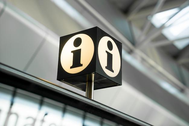 Panneau d'information et d'aide à l'aéroport