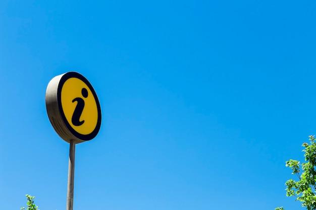 Panneau d'information sur le ciel bleu. concept d'aide, d'information, d'attention et d'assistance.