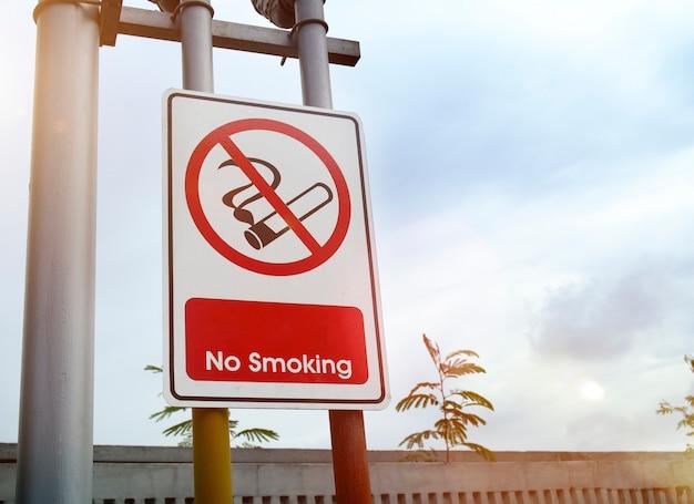 Panneau d'interdiction de fumer avec photo de fond de ciel