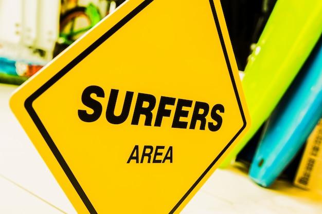 Un panneau jaune avec le texte