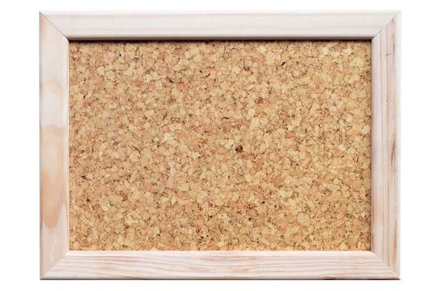 Panneau de liège dans un cadre en bois clair isolé sur blanc