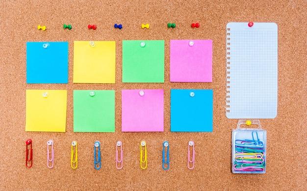 Panneau de liège avec des notes multicolores