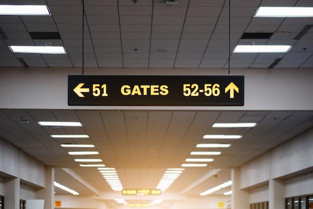 Panneau lumineux jaune à l'aéroport avec numéro de porte pour les vols au départ