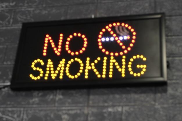 Panneau lumineux led indiquant l'interdiction de fumer. ne pas fumer