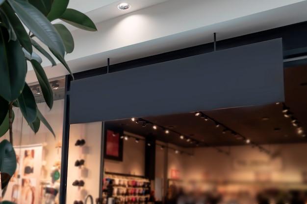 Un panneau noir au-dessus de l'entrée du magasin de vêtements haut de gamme