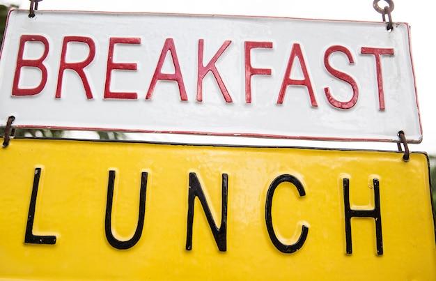 Panneau de petit-déjeuner sur les panneaux métalliques. il est fermé à la route et au café.