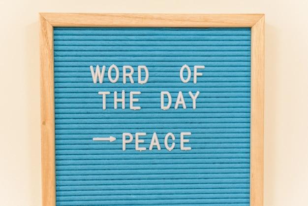 Panneau avec la phrase du jour, paix, pour inciter les enfants d'une école à se battre pour la paix.