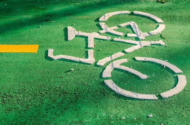 Panneau de piste cyclable peint dans une rue