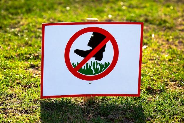 Panneau public pour interdire la marche sur l'herbe verte