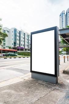 Panneau publicitaire en blanc