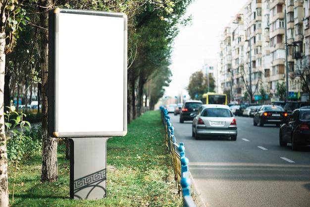 Panneau publicitaire dans un quartier résidentiel