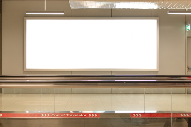 Panneau publicitaire vide à l'aéroport grande publicité lcd