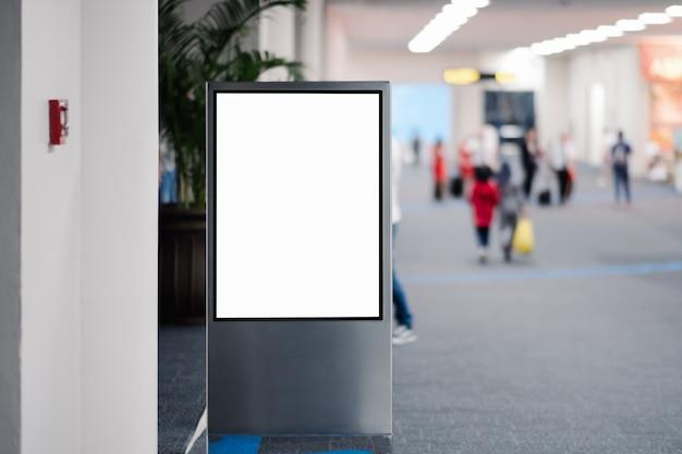 Panneau publicitaire vide à l'aéroport.