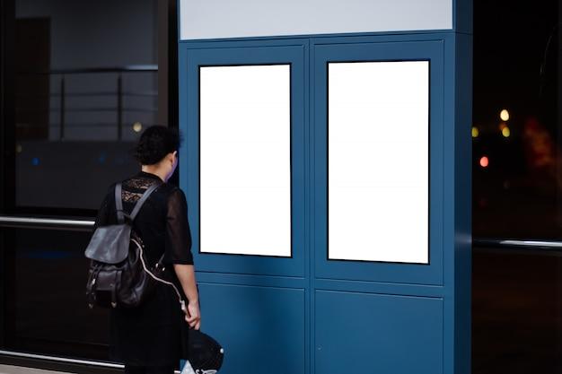 Panneau publicitaire vide à l'aéroport