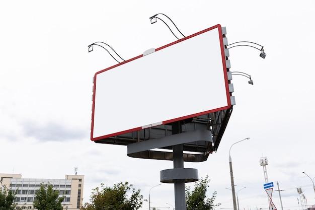 Panneau publicitaire vide dans le centre-ville