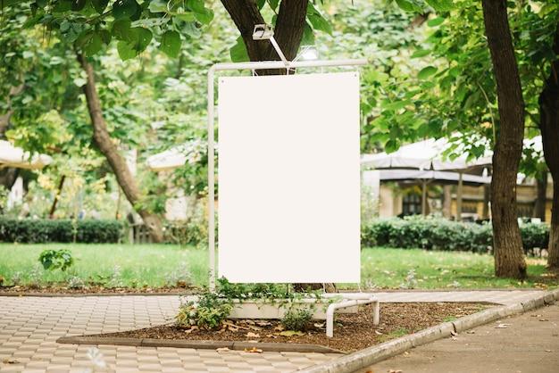 Panneau de publicité dans le parc