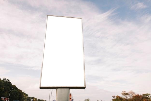 Panneau de publicité sur fond de ciel nuageux